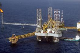 استقرار أسعار النفط مع توقعات بمزيد من الانخفاض