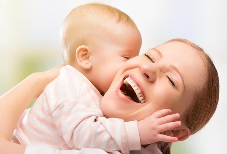 7شروط لحمل طفلك واحتضانه!