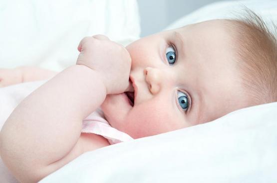 هل يمكن لعادة مصِّ الإبهام أن تلحق الضرر بأسنان طفلي؟