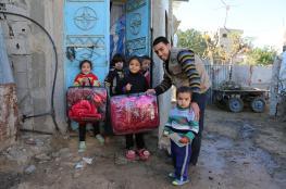 """""""روّاد"""" توزع بطانيات على الأسر المستورة بغزة"""