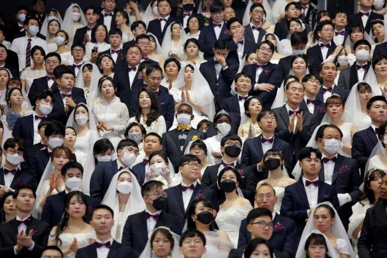 حفل زفاف جماعي يتحدى الخوف من كورونا