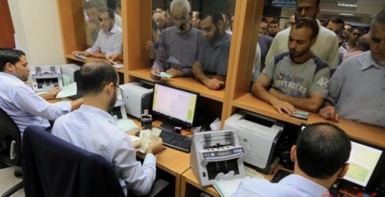 مالية غزة تصرف مساعدات لذوي شهداء وجرحى مسيرة العودة