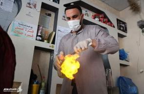 أصحاب مهنة الحلاقة يستخدمون إجراءات الوقاية من فيروس #كورونا