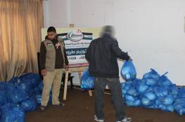 """""""روّاد"""" توزيع عشرات الطرود الغذائية للأسر المتعففة بغزة"""