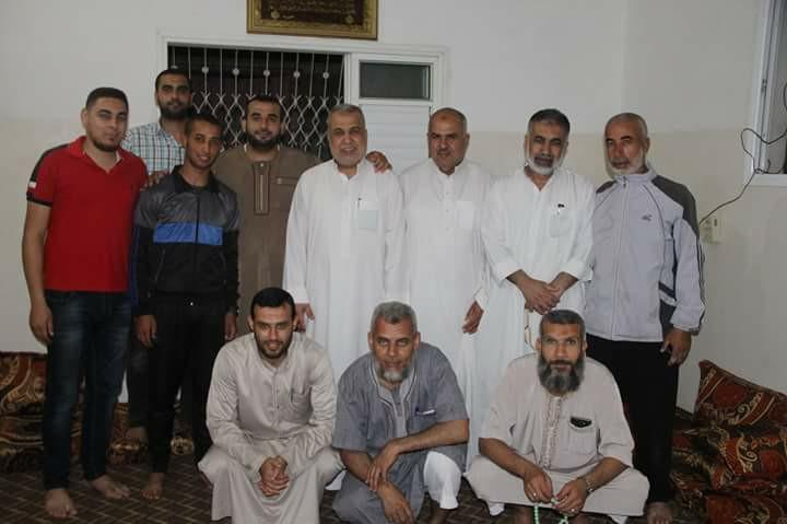حماس تزور عوائل شهداء وأسرى المغازي