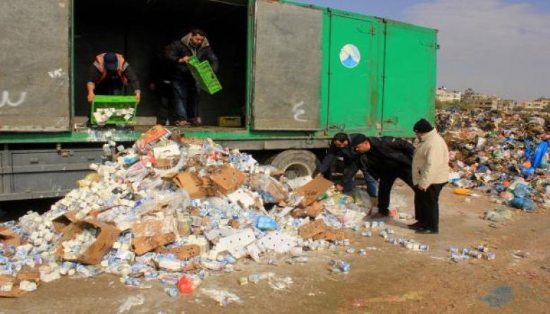 بلدية خانيونس تتلف 7 أطنان مواد غذائية فاسدة
