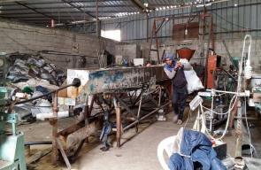 خانيونس: مصنع بلاستيك يُعيد تدوير المخلفات لاستمرار إنتاجه