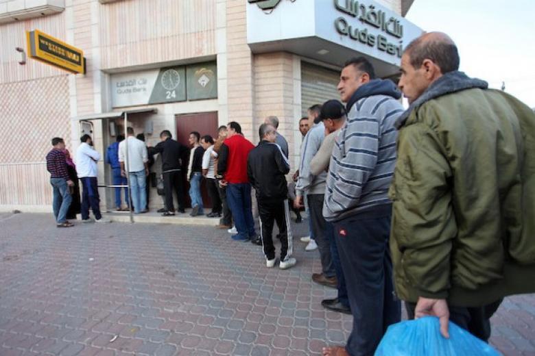 القدوة : البنوك ومؤسسات الاقراض تمارس أقصي درجات الابتزاز بحق موظفي غزة