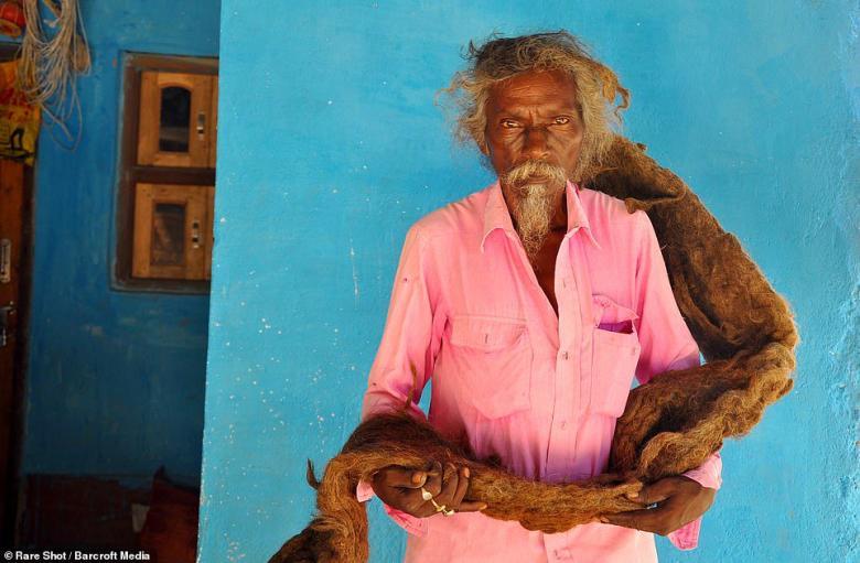 رجل لم يقص شعره أو يغسله منذ 40 عاما