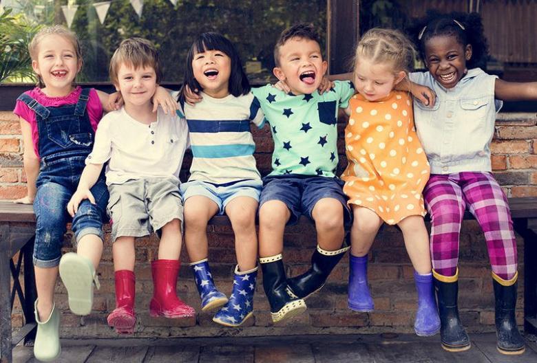 كيف تعلمين طفلك تكوين صداقات جديدة؟
