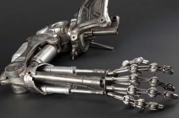 العلماء يعلمون الروبوتات الشعور بالألم