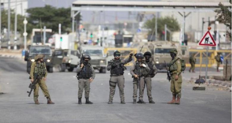الاحتلال يغلق طريقًا بالسواتر الترابية في الخليل