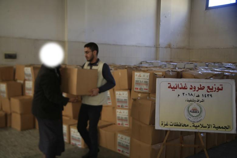 الجمعية الإسلامية بغزة توزع طرودًا غذائية على الأسر المحتاجة