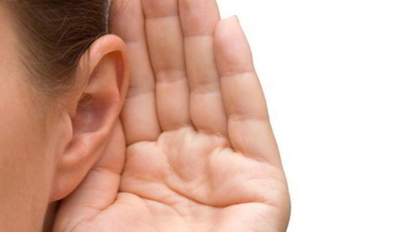 ما أعراض ضعف السمع؟