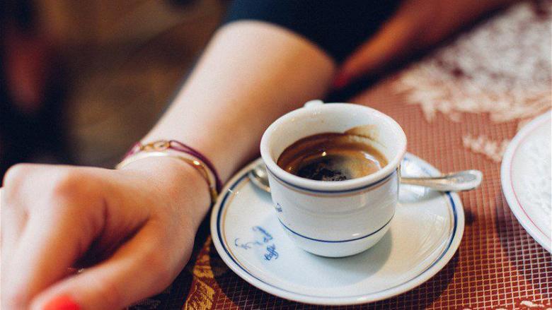 لماذا نضع فنجان القهوة في صحن صغير؟