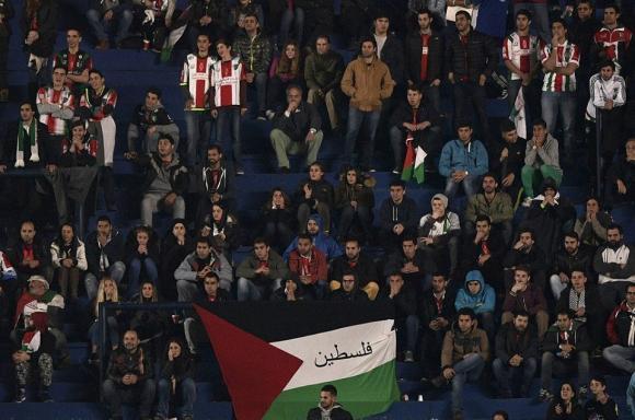 أعلام فلسطين ترفع من جمهور نادي