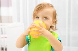 احذري تقديمَ العصير لطفلك قبل عمر السنة