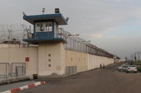 هآرتس: السماح لأسرى حماس بالاتصال بذويهم بغزة