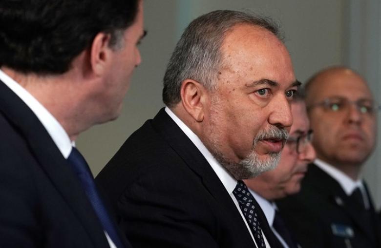 """هجوم إسرائيلي على ليبرمان بعد قرار ضخ """"الوقود القطري"""" لقطاع غزة"""