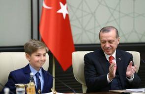 أردوغان ورئيس وزرائه يتنحون للأطفال عن مناصبهم