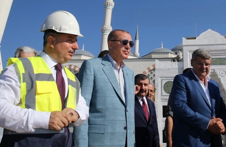 سلاح غير معتاد بيد حرس أردوغان خلال تفقده بناء مسجد