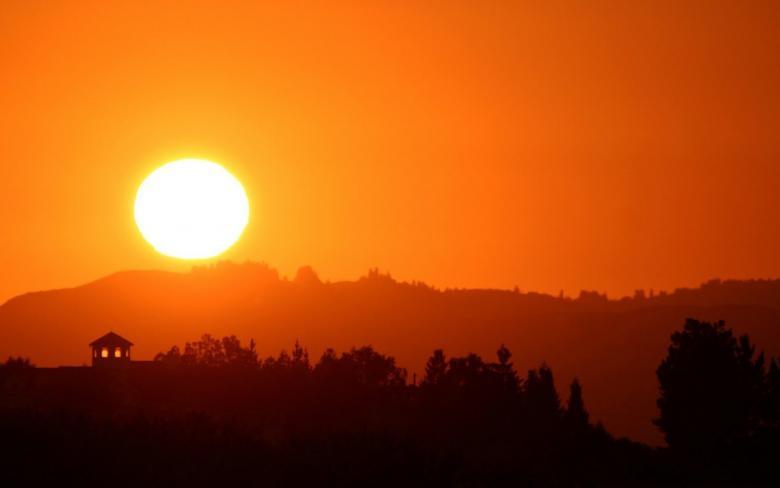 الطقس: اشتداد وطأة الحر ودرجات الحرارة تصل إلى 44