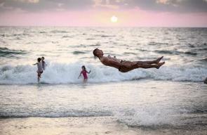فلسطيني يمارس رياضة الباركور على شاطئ بحر غزة