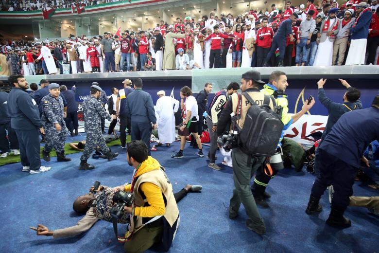 لحظة سقوط زجاج مدرج المشجعين العمانيين