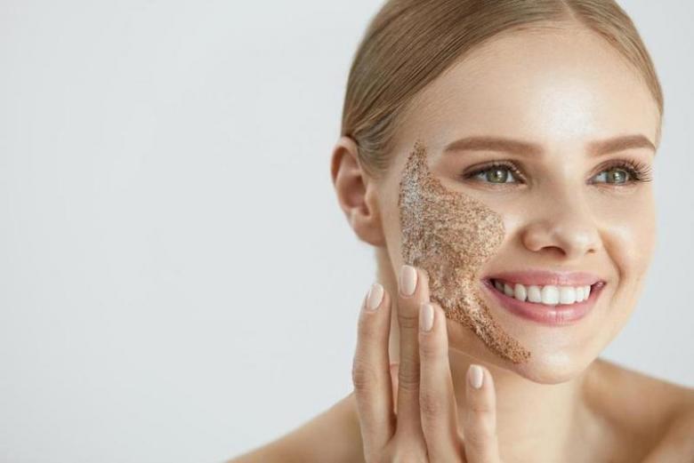 تقشير بشرة الوجه بخلطات طبيعية