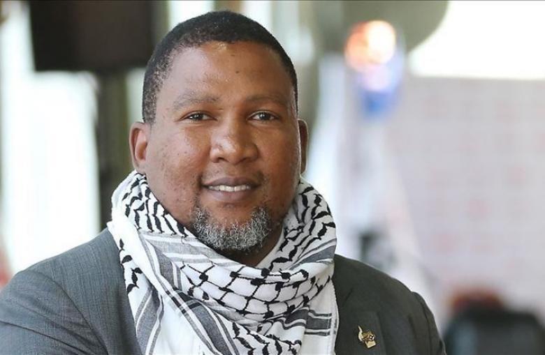 """كاتب إسرائيلي يتحدث عن حفيد مانديلا ودعمه لـ""""بي دي أس"""""""