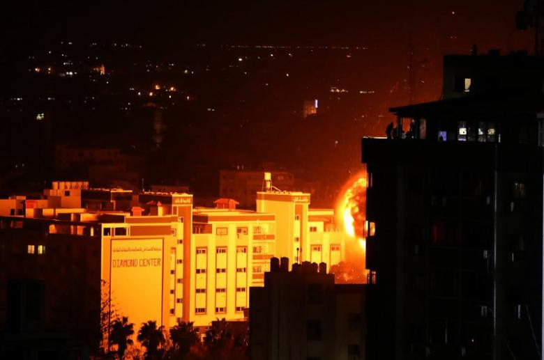 لحظة قصف الاحتلال لمبنى شركة الملتزم