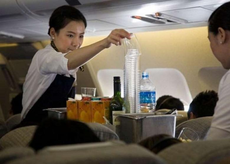 """لا تتناول مشروبات """"الدايت"""" على متن الطائرة"""
