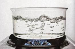 ما سبب خطورة غلي الماء أكثر من مرة؟
