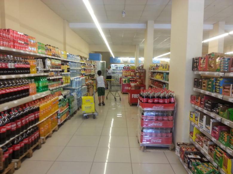 اقتصاد رام الله يغلق محلاً تجارياً في أريحا لرفعه الأسعار