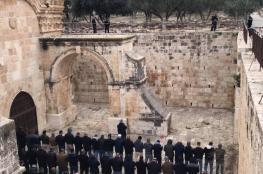 المصلون يؤدّون صلاة العصر أمام باب الرحمة