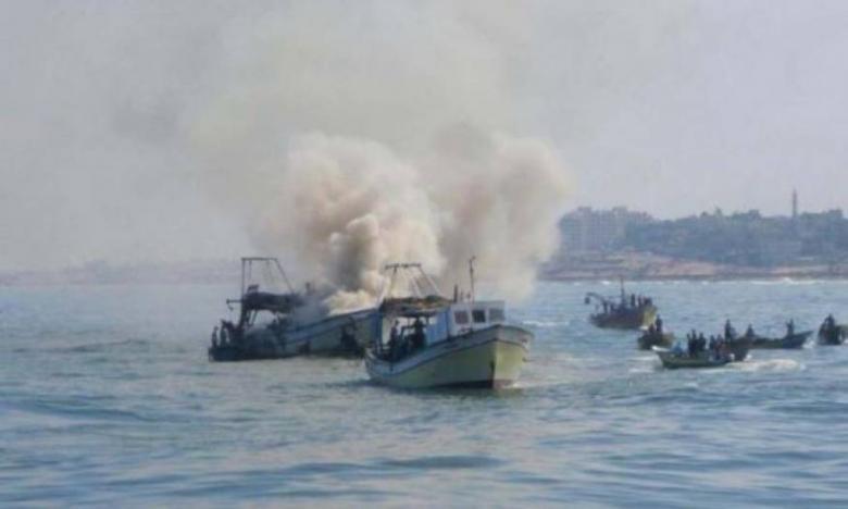 الاحتلال يغرق قارب صيد قبالة سواحل قطاع غزة