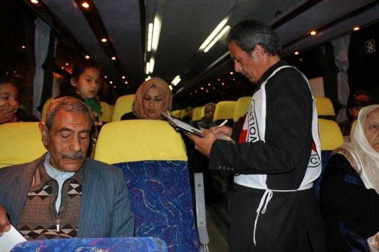 """14 من ذوي أسرى غزة يزورون أبناءهم بسجن """"ريمون"""""""
