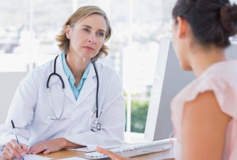أعراض انقطاع الطَّمْثِ والهرمونات البديلة
