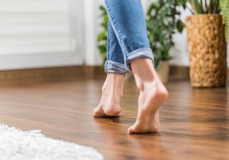فوائد ومضار السير حافي القدمين