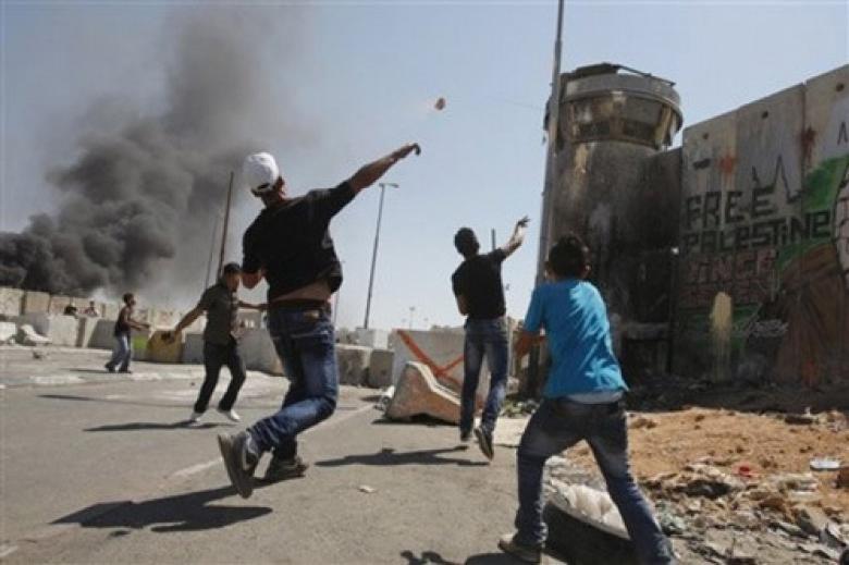 إصابة مستوطنين بجراح بعد رشقهم بالحجارة في الخليل