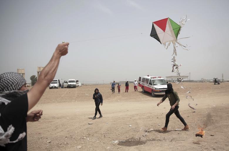 طائرات الاحتلال تستهدف مطلقي الطائرات الورقية شمال القطاع