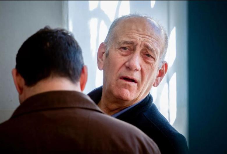 اعتقال محامي أولمرت لتهريبه وثائق من السجن