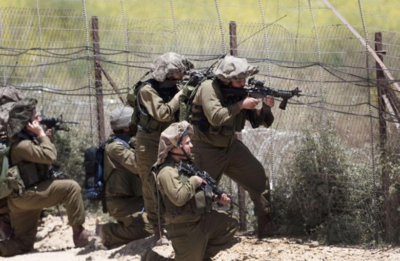 """قوات الاحتلال تكثّف تواجدها في """"غلاف غزة"""" وتغلق عدّة طرق"""