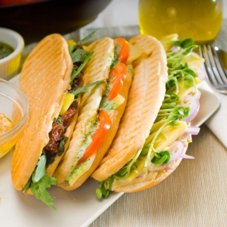 ساندويش دجاج صحي مع صوص البيستو