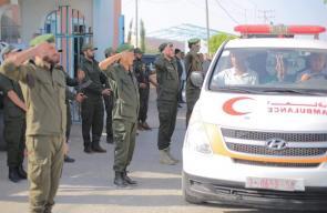 الأجهزة الأمنية في غزة خلال تأدية التحية العسكرية لجثمان اللواء جمال كايد