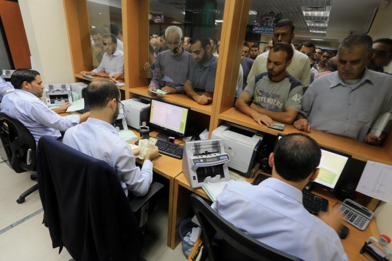 المالية تعلن فئة صرف رواتب موظفي غزة غدا