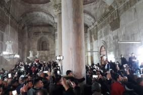 المصلون يفتحون باب مصلى الرحمة وسط هتافات التكبير