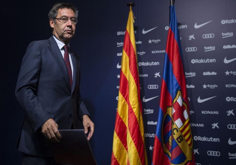 برشلونة يقيل مدربه
