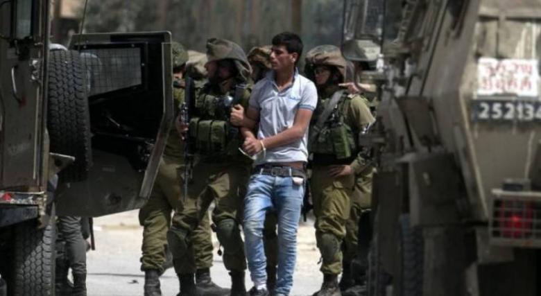 الاحتلال يعتقل شابًا ويزيل الأعلام الفلسطينية بالعيسوية