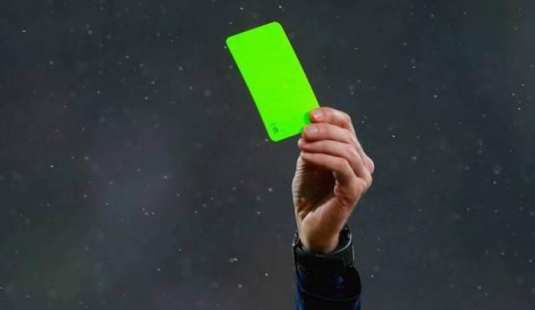 لأول مرة.. إشهار البطاقة الخضراء في الملاعب الإيطالية
